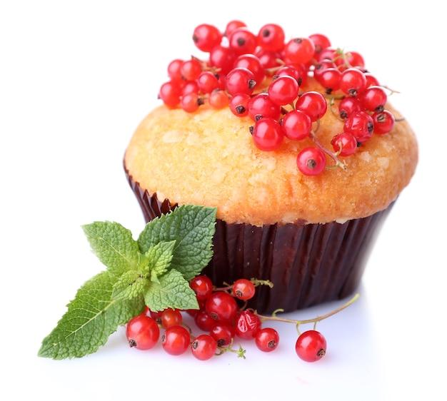 Вкусный кекс с красной смородиной на белом