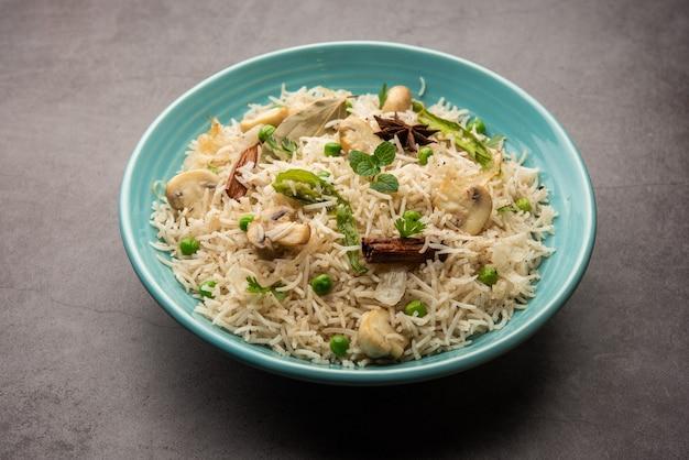 맛있는 버섯 또는 버섯 밥 또는 풀 라브 또는 필라프 또는 풀 라오 또는 비리 야니가 그릇이나 접시에 담겨 제공됩니다.