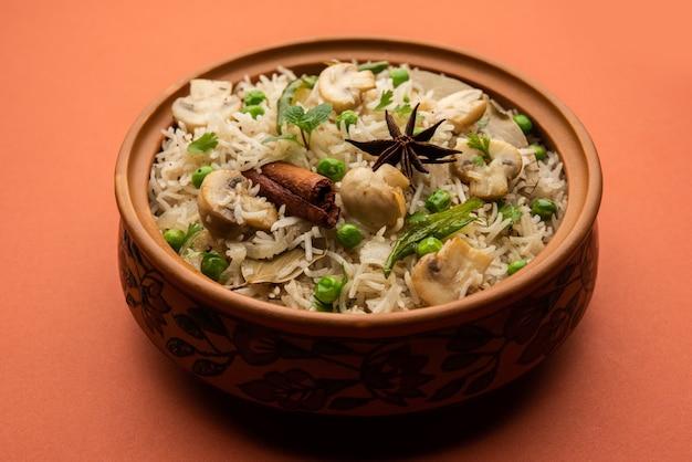 Вкусный гриб или рис с грибами или пулав, или плов, или пулао, или бирьяни, поданные в миске или тарелке, выборочный фокус