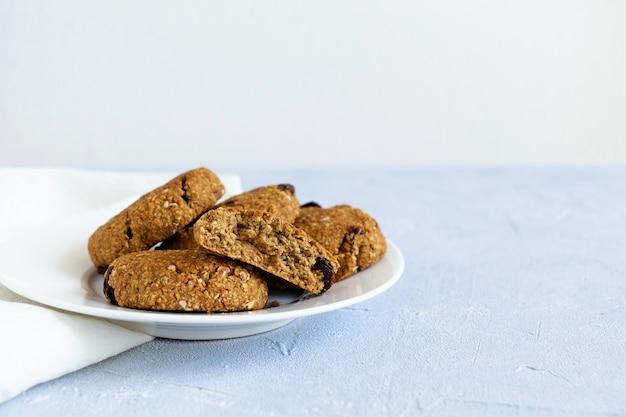 Вкусное овсяное печенье на белой тарелке