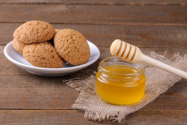 갈색 나무 테이블에 냅킨에 꿀을 넣은 맛있는 오트밀 쿠키
