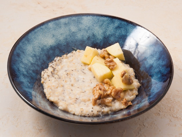 アップルとクルミのコンセプトの朝食とおいしいオートミール