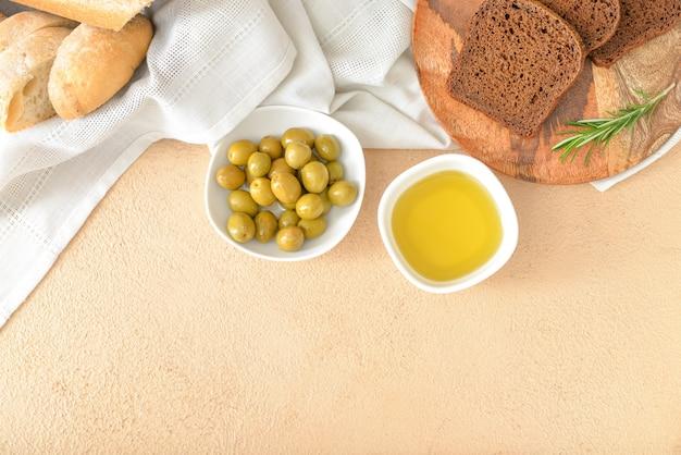 색상에 빵과 함께 맛있는 올리브 오일