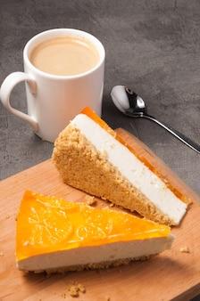 コーヒーとおいしいオレンジチーズケーキ。選択されたフォーカス