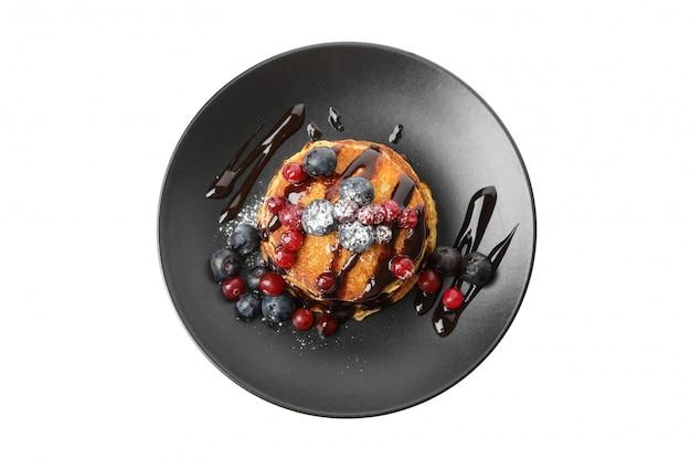 Вкусные блины с ягодами и соусом на белом фоне