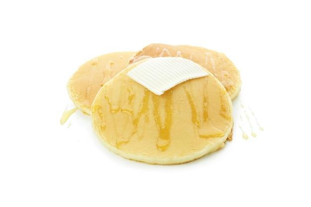 Вкусные блины с медом и маслом, изолированные на белом фоне