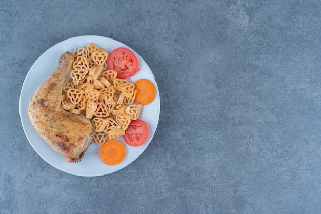 白い皿に肉片が入った美味しいパスタ。