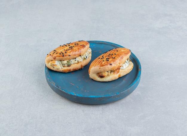 파란색 접시에 치즈로 채워진 맛있는 파이.