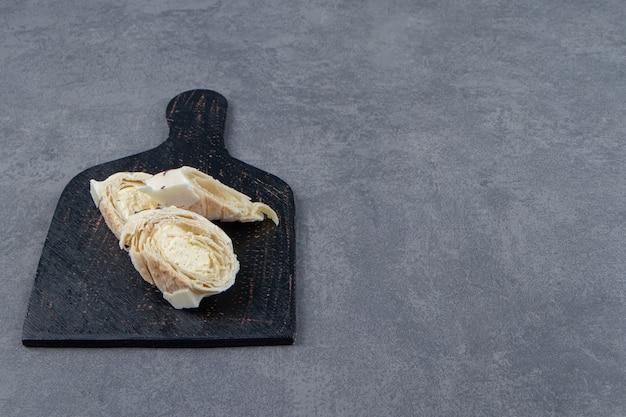 黒板にカスタードが入った美味しいペストリー。