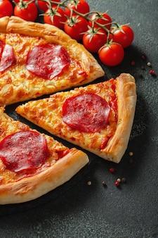 おいしいペパロニピザと調理材料。