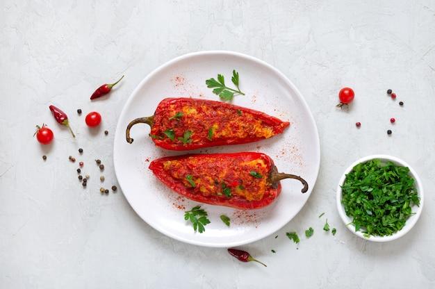 鶏肉、レンズ豆、トマトを詰めたおいしいピーマン。シンプルで便利な一品。上面図