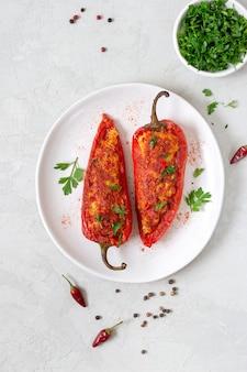Вкусный перец с начинкой из курицы, чечевицы и помидоров. простое и полезное блюдо. вид сверху.