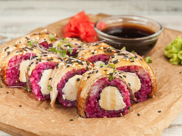 Вкусные суши-роллы филадельфия с угрем.