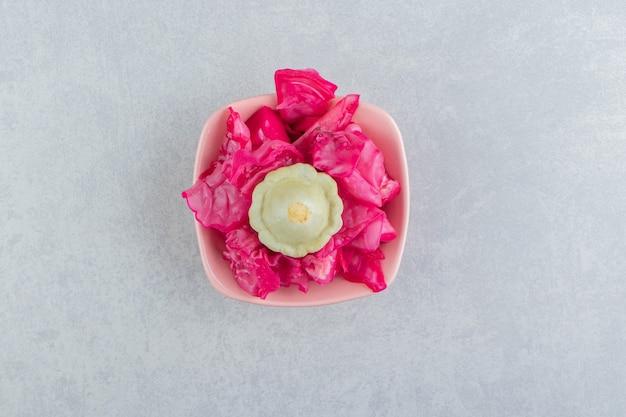 핑크 그릇에 맛 있는 절인된 양배추입니다.
