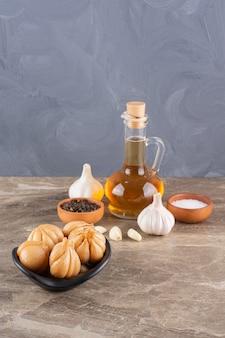후추 옥수수와 함께 맛있는 절인 마늘을 돌 테이블에 배치합니다.