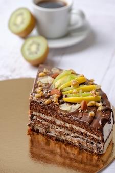 フルーツ、チョコレート、アップル、コーヒーアメリカーノのキウイとチョコレートケーキのおいしい作品