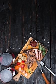 まな板の上にのせたおいしい肉、グリルステーキ、香辛料入りの香ばしいソース、テキストの場所、レストランメニュー