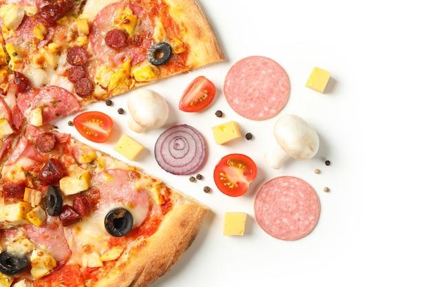 白で隔離のおいしいピザと食材