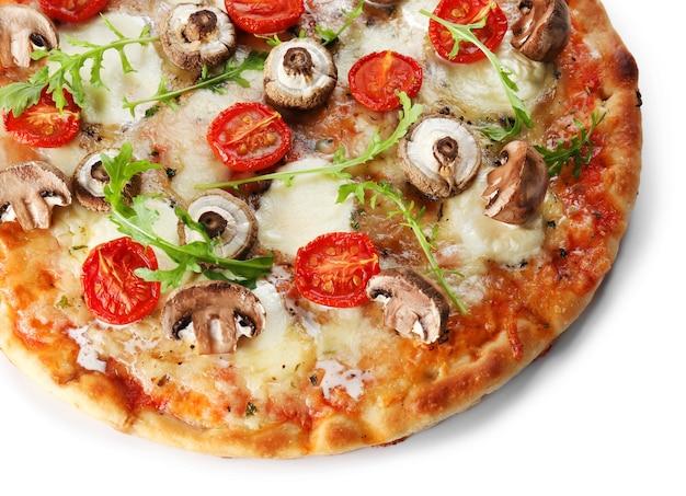 白い表面に分離されたキノコで飾られたおいしいピザ、クローズアップ
