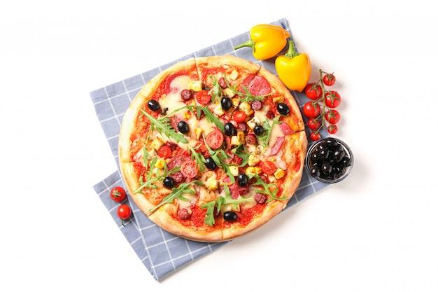 Вкусная пицца, ингредиенты и полотенце на белом фоне
