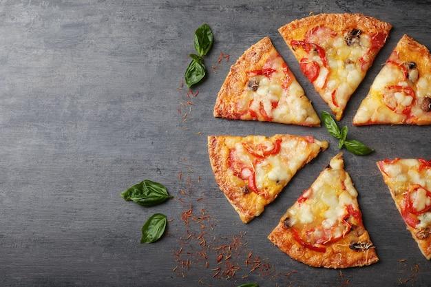 테이블에 맛있는 피자 조각