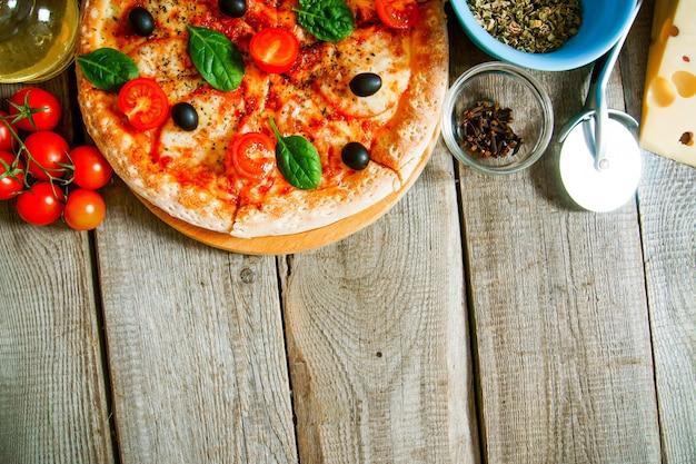 맛있는 피자, 토마토 및 기타 재료.