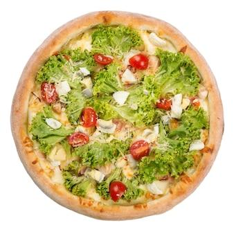 サラダの葉、チーズ、トマトのおいしいピザ。ヘルシー野菜ピザ。白い背景で隔離のイタリアンピザ。
