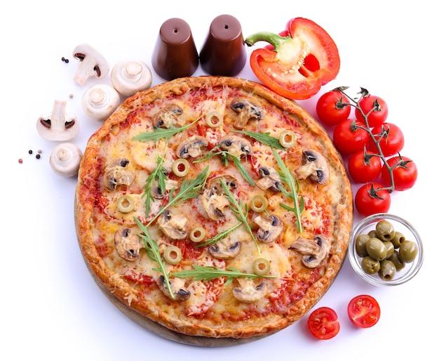 야채와 arugula 흰색 절연 맛있는 피자