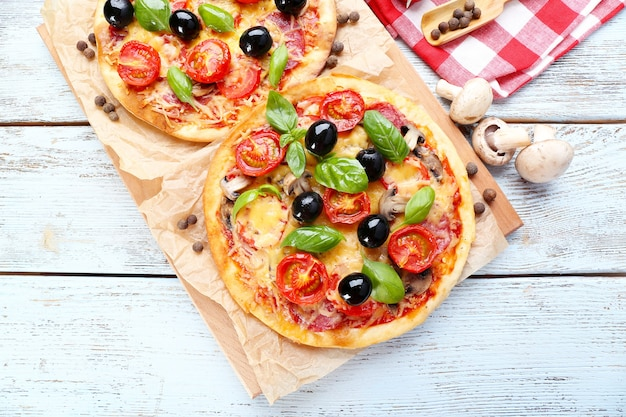 야채와 바질 테이블에 맛있는 피자를 닫습니다.