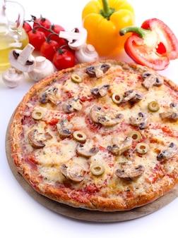 야채와 함께 맛있는 피자를 닫습니다.