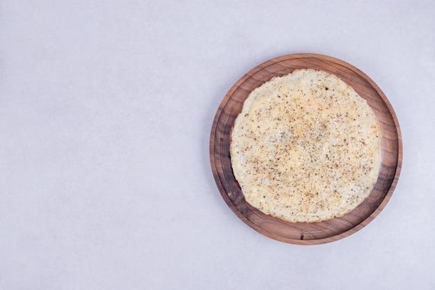 Gustosa pizza sul piatto di legno