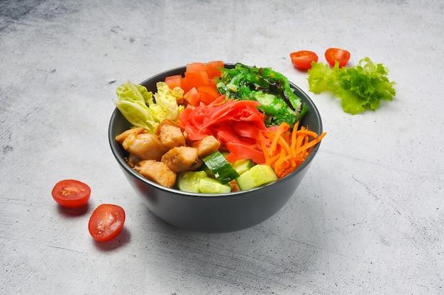 Вкусный поке с курицей и овощами в глубоком блюде