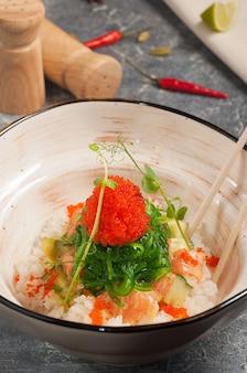 Вкусный поке с лососем в манговом соусе азиатская кухня
