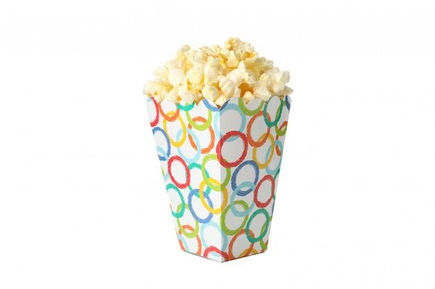 Вкусный попкорн в картонной коробке, изолированной на белом