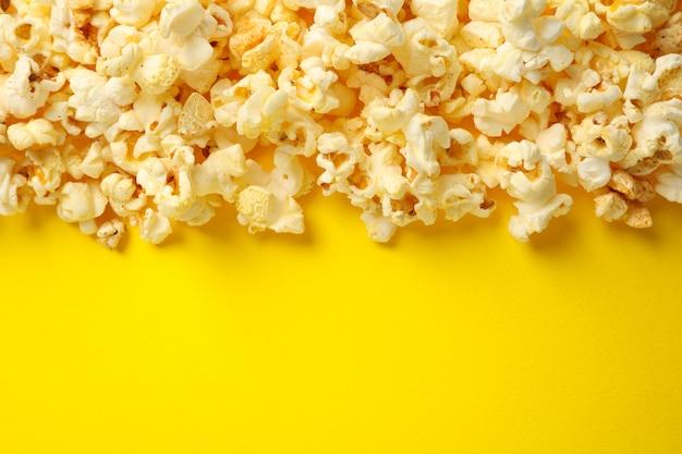 黄色い空間においしいポップコーン。映画を見るための食べ物