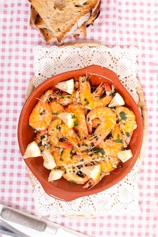 にんにく、オリーブオイル、パセリで味付けしたエビフライのおいしいポルトガル料理に、トーストしたパンを添えて。