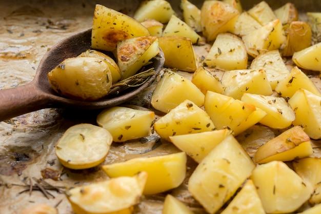 Gustose patate con un cucchiaio di legno
