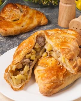 ポテトとチキンのおいしいパイ生地のパイ