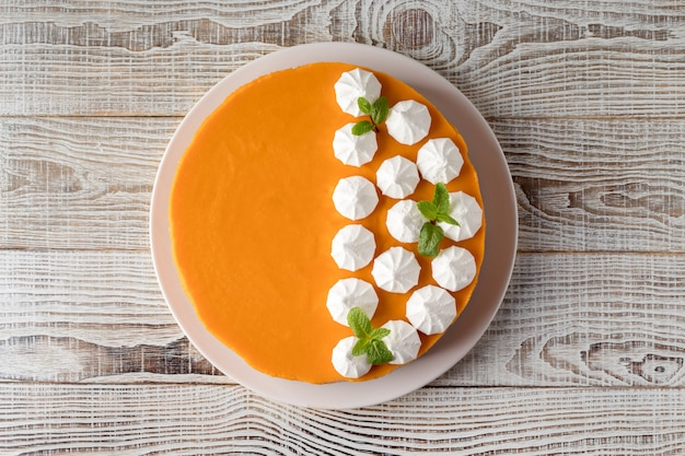 흰색 나무 테이블, 평면도에 맛있는 호박 치즈 케이크