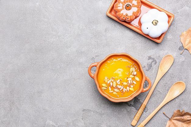 グランジ背景の鍋においしいカボチャクリームスープ