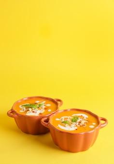 복사 공간 냄비에 맛있는 호박 크림 수프