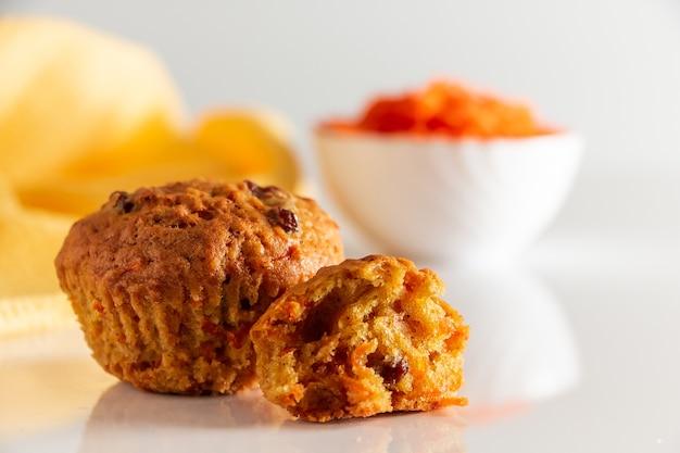 白い背景の上のおいしいカボチャのマフィン健康的な食事のための自家製ケーキ