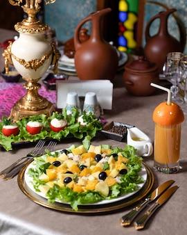 テーブルの上のおいしいカボチャのサラダをクローズアップ