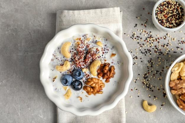 Вкусная киноа с орехами в тарелке на столе