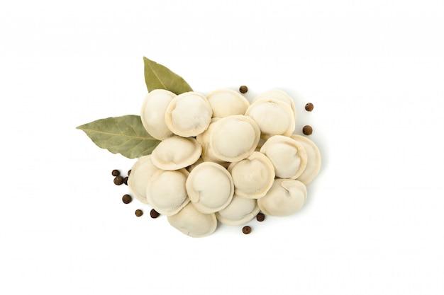 Вкусные сырые пельмени и специи, изолированные на белом