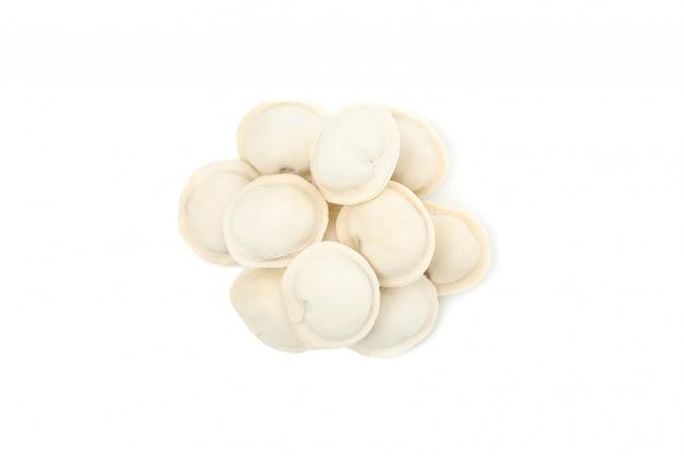Вкусные сырые вареники, изолированные на белом