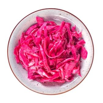 맛있는 빨간 소금에 절인 양배추 또는 흰색 절연 접시에 매리 네이드에서 발효 양배추.