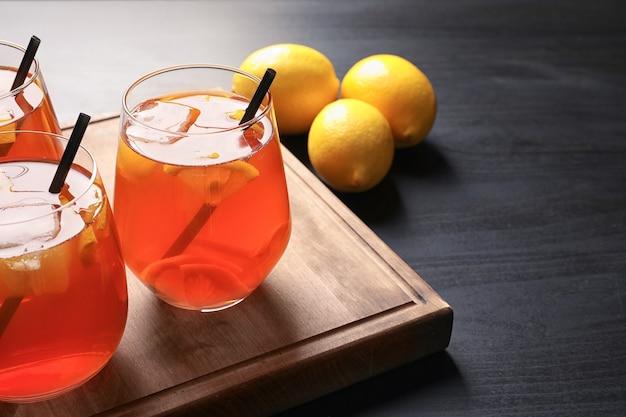 Вкусный освежающий лимонад со льдом в очках на столе