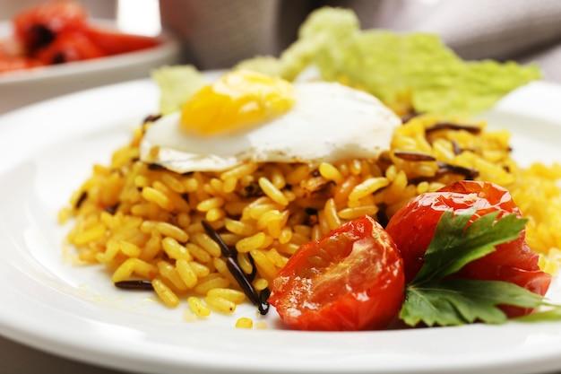 Вкусный рис подается на столе, крупным планом
