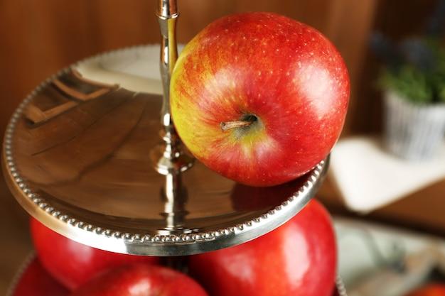 サービングトレイのおいしい熟したリンゴのクローズアップ